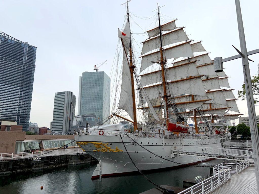 帆を広げた日本丸